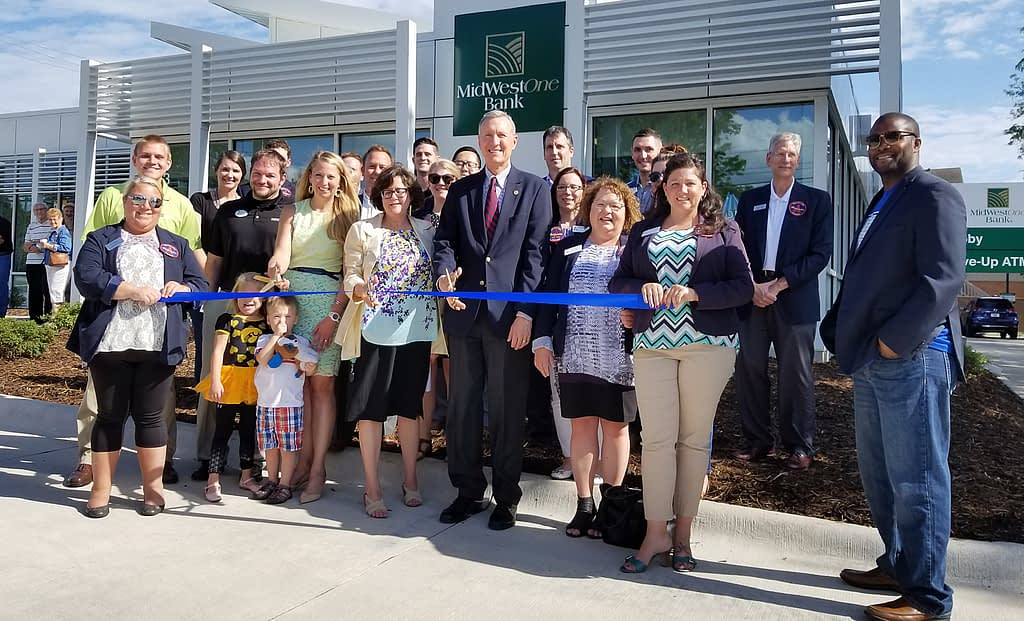 MidWestOne ribbon cutting